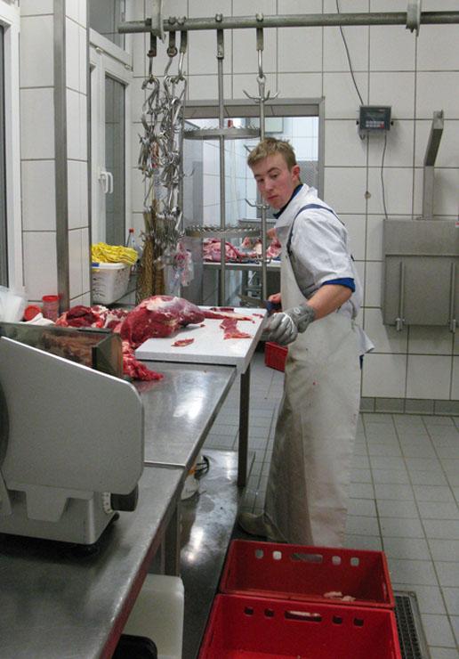 Jörg Sandritter beim Ausbeinen